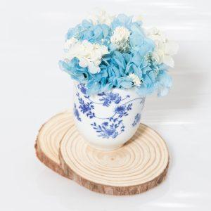 Taza de café con flores preservadas