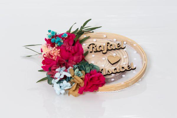 Porta alianzas con nombres de novios y flores preservadas