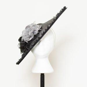 Tocado en negro con rosas en gris perla