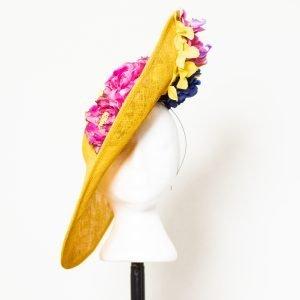 Pamela artesanal amarilla con flores para invitada