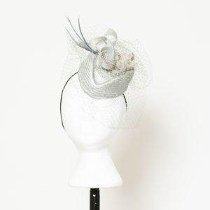 Casquete gris perla con rejilla para invitada