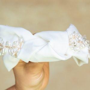 Diadema turbante blanca con apliques en dorado