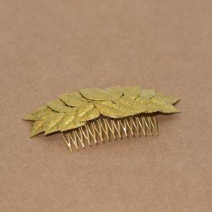 tocado realizado con hojas de latón dorado