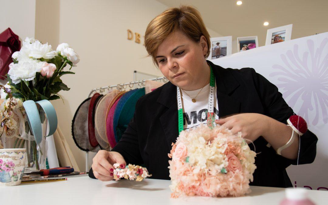 La diseñadora Delicias Borrego realizando un ramo de novia